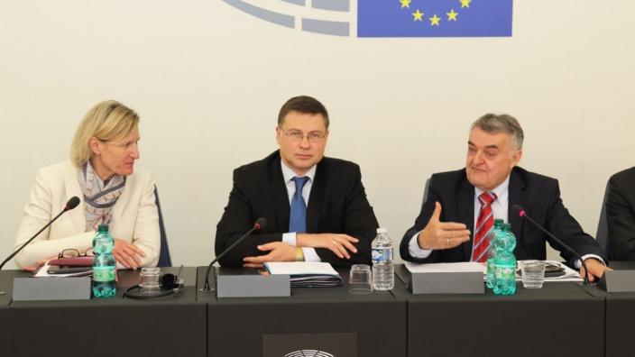 Valsis Dombrovskis, Vizepräsident der EU-Kommission diskutiert aktuelle Fragen der Finanz- und Währungspolitik mit den CDU/CSU-Europaparlamentariern, 16.05.2017